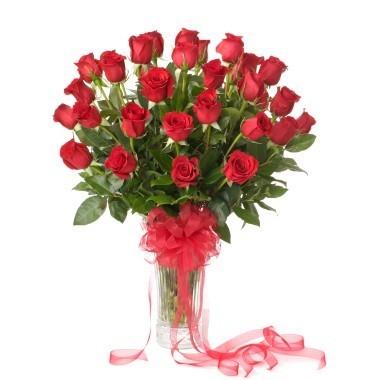 Tres docenas de rosas en florero