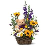 Canasta con flores primaverales y oso